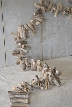 Driftwood Garland, very chic for the holidays, but you could leave it up all year long on a mantle if you wanted Driftwood Beach, Driftwood Art, Coastal Style, Coastal Decor, Coastal Christmas, Christmas Holidays, Beach Crafts, Diy Crafts, Deco Marine