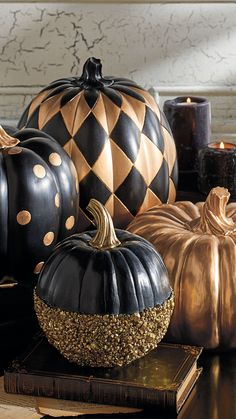Halloween goes Creepy Chic with Goulish Glitter dusted black pumpkins.but I think they just look unusual & interesting all through Fall! Can you picture an October formal wedding using these in the decor?Black and Gold Glitter Pumpkin Halloween Chic, Holidays Halloween, Halloween Crafts, Halloween Party, Classy Halloween Decorations, Creepy Halloween, Happy Halloween, Adornos Halloween, Holiday Fun