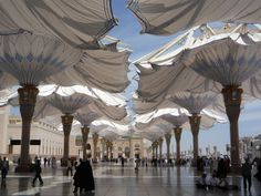 Parasols on the square in front of Al-Masjid An-Nabawi Mosque, Saudi Arabia, 2011. Courtesy SL Rasch GmbH Special and Lightweight Structures, Germany.