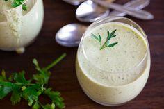 Kalte Gurkensuppe ist ein leckeres, leichtes Gericht für heiße Sommertage. Als bei uns die Hitzewelle wütete, war dies ein leckeres Abendessen.
