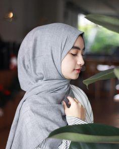 Pin Image by gatoloco Art Hijab Dp, Hijab Chic, Mode Hijab, Beautiful Hijab Girl, Beautiful Muslim Women, Hijab Style Dress, Casual Hijab Outfit, Hijabi Girl, Girl Hijab
