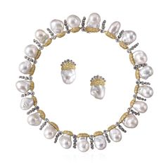The twenty-one candid baroque pearls alternate with buds of rose-cut diamonds, like an elegant minuet. The pearls are set in finely engraved yellow gold bezels, in the true Buccellati goldsmithing tradition. A highly seductive minuet made of many small steps.