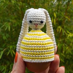 Happy weekend everyone! What are you working on? I just finished this bunny egg warmer 🐰🥚 Free Crochet, Knit Crochet, Crochet Hats, Double Crochet, Single Crochet, Apple Garland, Crochet Stitches, Crochet Patterns, Crochet Apple