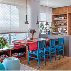 Bom diaaa!!! Varanda gourmet, destaque para o banco linear e cadeiras azul, que deixou o ambiente alegre e marcante!!! Projeto by Marina Linhares