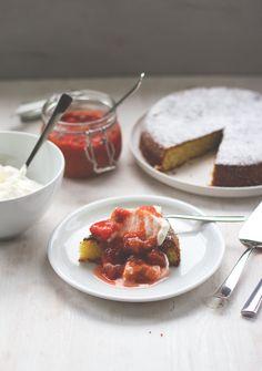 Rezept für saftigen Mandelkuchen mit Rhabarber-Erdbeer-Kompott von moeyskitchen.com