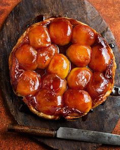Salted Caramel Tarte Tatin - This combination of salted caramel and apples makes a divine tarte tartin recipe, ideal at the end of an autumnal dinner party. Tart Recipes, Apple Recipes, Sweet Recipes, Cooking Recipes, Amish Recipes, Dutch Recipes, Kitchen Recipes, Tarte Caramel, Apple Caramel