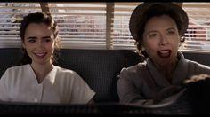 Lily Collins e Annette Bening in una scena di L'eccezione alla regola il film diretto da Warren Beatty