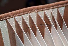 Девочки, привет, нашла на просторах Контакта мк по переплету, может кому пригодится. Источник: http://vk.com/id32789217?w=wall32789217_2101%2Fall Что нам понадобится для этого. Картон, ткань хлопок,карандаш, Клей-карандаш, канцелярский нож, швейная машинка. Переплет 21х23 Отрезок ткани большой 26х15 -...