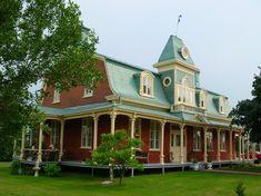 Maisons inspirées de l'électisme victorien -- Sainte-Rose à Laval, maison Félix Labelle, vers 1900, victorienne avec tourelle, oculus au pignon, fenêtres à battants, galerie couverte.