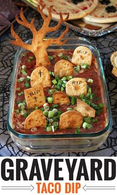 Graveyard taco dip - a fun and easy recipe for Halloween! Halloween Dip, Entree Halloween, Halloween Fingerfood, Halloween Party Appetizers, Halloween Food For Party, Halloween Cupcakes, Halloween Pumpkins, Halloween Ideas, Easy Halloween Snacks