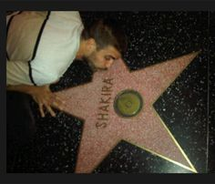 Gerard Piqué besa la estrella de Shakira en el paseo de la fama de Hollywood #barça #futbolistas