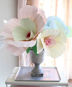 giant paper flower                          http://www.creativejewishmom.com/2011/06/giant-paper-flower-bouquet-centerpiece.html