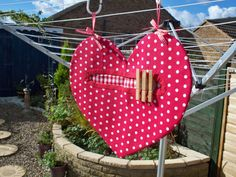 Clothespin bag Pretty Pegs, Clothespin Art, Peg Bag, Heart Projects, Bazaar Ideas, Textiles, Couture Sewing, Heart Shapes, Sewing Projects