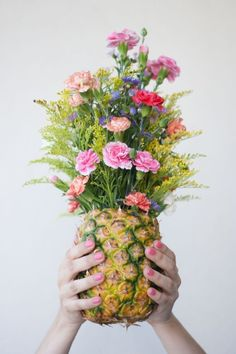 DIY pineapple floral arrangements are a fun alternative to a regular vase. Perfect for your next tropical themed party. All you need is a fresh floral bouquet and a pineapple. Making my everyday more fun with Freedom Unlimited. Ikebana, Pineapple Vase, Pineapple Flowers, Pineapple Centerpiece, Tropical Flowers, Pineapple Planting, Green Flowers, Summer Flowers, Turbulence Deco