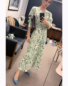 Victoria Beckham Is Making Us Want to Buy These Mango Shoes Victoria Beckham Outfits, Victoria Beckham Stil, Viktoria Beckham, Vic Beckham, Modest Fashion, Fashion Dresses, Victoria Fashion, Green Dress, Divas