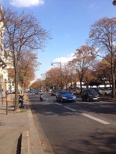 Anvenina Champs-Elyssès em Paris. Uma das avenidas mais famosas da cidade, cheia de lojas, cafés, bares e restaurantes caríssimos. Um dos melhores locais para se tirar a foto do Arco do triunfo.