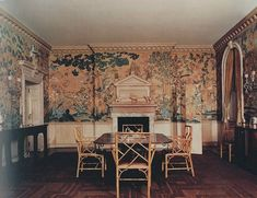 The dining room at the Kersey Coates Reed house in Lake Forest, Illinois - architect, David Adler and interior designer, Frances Elkins. Beautiful Wall, Beautiful Homes, Colonial, Home Design, Interior Design, Chinoiserie Wallpaper, American Houses, Lake Forest, Classic Interior