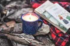 DIY Camp Mug Candle Hi all! Emily + Erick of Hello Home Shoppe here--we're so excited to share another DIY on Poppytalk! This time of year,. Fall Candles, Diy Candles, Candle Jars, Candle Holders, Homemade Candles, Decorating Candles, Diy Decorating, Homemade Gifts, Scented Candles