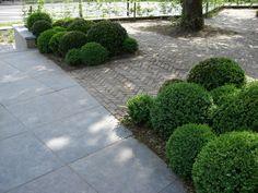 Combinatie grote tegels en kleine steentjes in de tuin