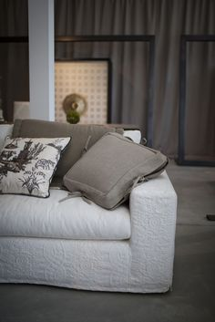 Sofa DAMA combines a modern frame with piquè covers in a variety of motifs