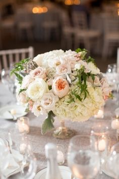Soft and romantic low tablecentre of hydrangeas and roses