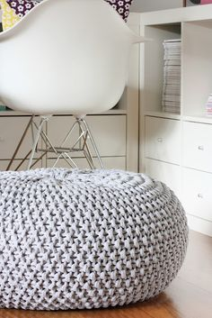 DIY knitted pouf                                                                                                                                                                                 Mais