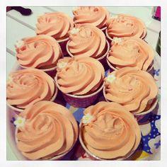 Nu är det fredagsmys  #cupcake #fika #dessert #gott #yummy #delicious #instaporn #instagood #fint #pretty #rosspritsning #rose #göteborg #linné #gbgftw #lemon #raspberry #philadelphiacreamcheese #frosting