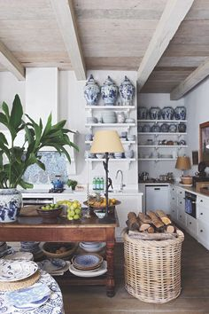 Cape Town Home by and via Serena Crawford 6 - gorgeous collection of blue and white Chinoiserie porcelain Layout Design, Cafe Design, White Rug, Blue And White, South African Homes, Old World Kitchens, Dream Kitchens, Estilo Shabby Chic, Kitchen Images