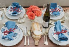 Um charme de mesa em tons de azul e coral!  #olioliteam #tableware #mesaposta #vestiramesa #tablechic #tablesetting #latabledegiselle