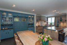 Mooie eiken houten keuken met bijzonder kleur accent