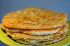 """Сырные лепешки  Ингредиенты:   Тесто:  кефир - 1 ст соль - 0,5 ч.л.  сахар - 0,5 ч.л.  сода - 0,5 ч.л.  сыр твердый тертый - 1 ст.  мука - 2 ст.   Начинка:  ветчина (колбаса) - 1 ст. (натертой на крупной терке) (у меня был внутри сыр """"Сулугуни"""")  растительное масло для жарки лепешек   Приготовление:   1. Делаем тесто: кефир соль сахар сода = тщательно перемешиваем. Далее добавляем сыр тертый и муку. Вымесить тесто, получается очень мягкое и нежное. 2. Тесто разделить на 5 равных шариков…"""