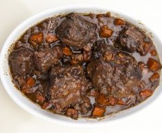queue, huile d'olive, farine, vin rouge, fond de veau, carotte, oignon, ail