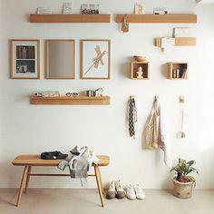 壁をうまく使うのには、無印良品の「壁に付けられる家具」を。大きさや幅、スタイルを好きに撰べてディスプレイの幅が広がります。