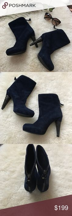 Stuart Weitzman booties👠 Beautiful navy color booties. Has zipper design. Elegant and comfortable. Only boots are included Stuart Weitzman Shoes Ankle Boots & Booties