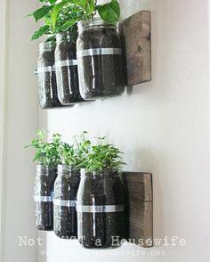 Huerto vertical con frascos de vidrio reciclados
