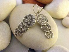 """Pendientes etnicos artesanales """"Karen"""" de plata procedentes de Laos. Miden 3,8 cm de alto y 1,5 cm. de ancho la espiral mas grande.  Precio: 29 Euros"""
