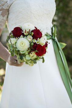 Brautstrauss in Weiß, Grün und Rot mit Dahlien, Rosen und Kamillenblüten bei www.weddingstyle.de| Foto: Christine Ehammer