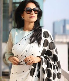 The COO of RED FM Shows How To Nail Formal Saree Style! Want to know how to style your formal sarees in the most perfect way? Do check out COO of RED FM, Nisha Narayan to style sarees. Latest Saree Blouse, Saree Blouse Neck Designs, Saree Blouse Patterns, Trendy Sarees, Stylish Sarees, Black And White Saree, Saree Look, Red Saree, Formal Saree