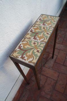 Mesas hechas con antiguas baldosas hidráulicas restauradas, bases en hierro patinado y en madera ( diversidad en tonos, medidas y diseños) A...