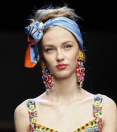 Les boucles d'oreilles folkloriques du défilé Dolce & Gabbana