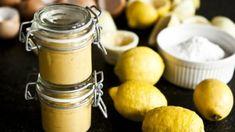 Malé skleničky plné zlatého citronového krému jsou skvělé jako dárek, ale určitě si nechte doma nějaké po ruce, protože je to zkrátka hříšná dobrota. Food Club, Eclairs, Lemon Curd, Kitchenette, Sweet Recipes, Caramel, Sweet Tooth, Deserts, Food And Drink