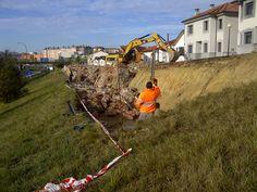 """LACOTEC en la obra de """"MEJORA DE LA URBANIZACIÓN Y ACCESOS AL BARRIO GUILLÉN LAFUERZA"""" (Oviedo); Evaluando la capacidad de carga del fondo de excavación, previo a la colocación de escollera."""