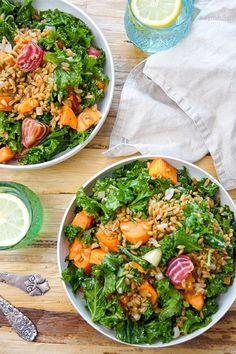 Vegan Rezept für Grünkohlsalat mit geröstete Rote Bete und Süßkartoffel. Dazu Grünkern und ein Zitronendressing. Super gesund, lecker und einfach.