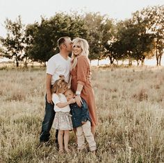 May 2019 - Family Photography outfit inspo. Fall Family Picture Outfits, Spring Family Pictures, Family Photo Colors, Summer Family Pictures, Family Picture Poses, Family Photo Sessions, Family Outfits, Family Posing, Western Family Photos