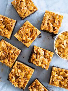 Brownies med cornflakes i saltkolasås Great Recipes, Snack Recipes, Snacks, Low Fat Vegetarian Recipes, Grandma Cookies, Brownies, Cupcake Cakes, Sweet Tooth, Bakery