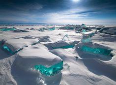 貝加爾湖冰丘在風雪停止後,湖水呈現晶瑩剔透的藍色,像是一顆顆未經雕琢的藍寶石,等待旅人將它磨出閃亮光芒。(圖/達志影像)