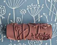 Tussock patterned paint roller Gesehen bei: https://www.etsy.com/de/search?q=Patterned+Paint+Roller&page=3