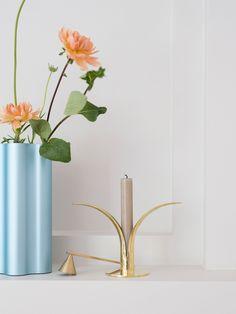 Vase, Nuage, fra Vitra, kr 1.990. Lysestake, Lily, fra Skultuna, kr 985.