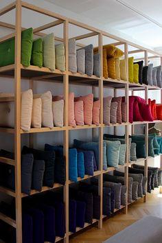 Showroom Interior Design, Small Space Interior Design, Retail Interior, Furniture Showroom, Visual Merchandising, Pillow Storage, Store Layout, Boutique Deco, Retail Store Design