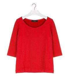 Top relief short sleeve - Comfortabel basisshirt, gemaakt van een stevige tricot met diagonaal  ribbelreliëf. De top heeft een ronde hals, driekwartsmouwen en valt aansluitend.